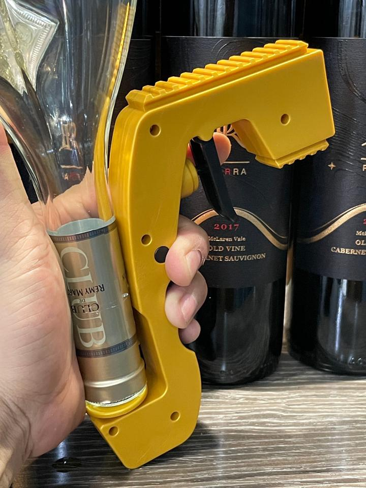 2-in-1 Wine Stopper & Champagne Sprayer use in one hand
